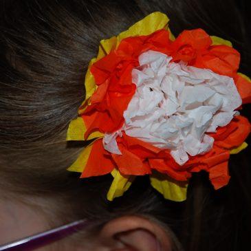 Décorer une barrette avec une fleur en papier de soie
