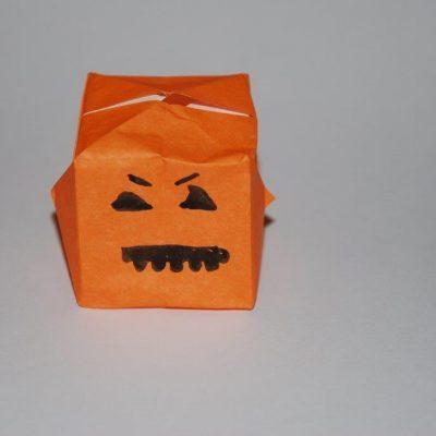 citrouille origami pour halloween sur la base de la bombe à eau