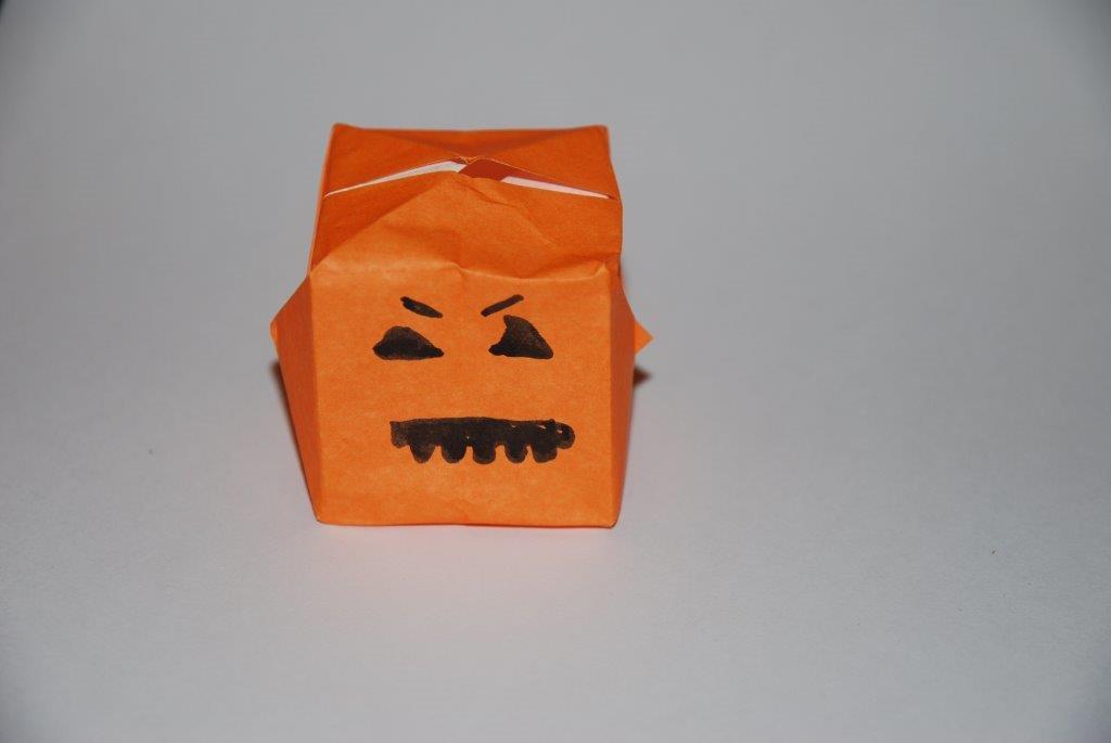 D corations de halloween en papier et perles repasser - Citrouille halloween en papier ...