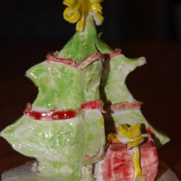 Un sapin de Noël amoureusement décoré en famille