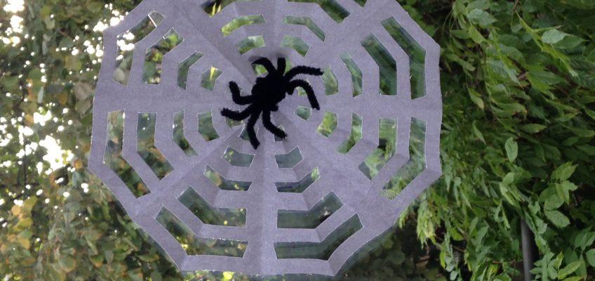 DIY Halloween decorations: araignées velues et leur toile (tuto)