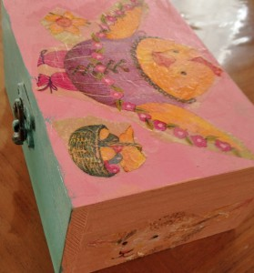 boite en bois peinte et décorée avec des motifs découpés