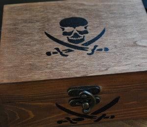 comment decorer une boite en bois pirate