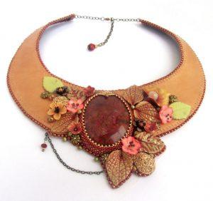 collier fleuri cuir