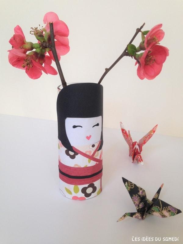kokeshi japonaise kawai en carton
