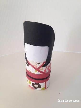 Habiller la kokeshi avec un kimono de papier