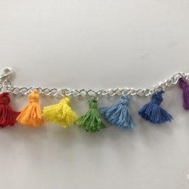 Fabriquer un bracelet facilement avec des pompons longs
