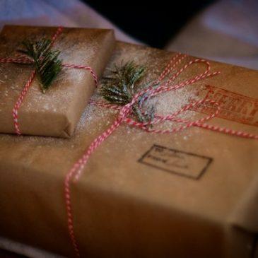 10 idées pour emballer les cadeaux facilement sans papier cadeau