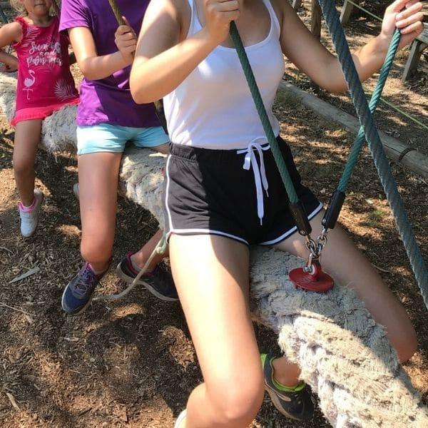 enfants sur une balancoire corde
