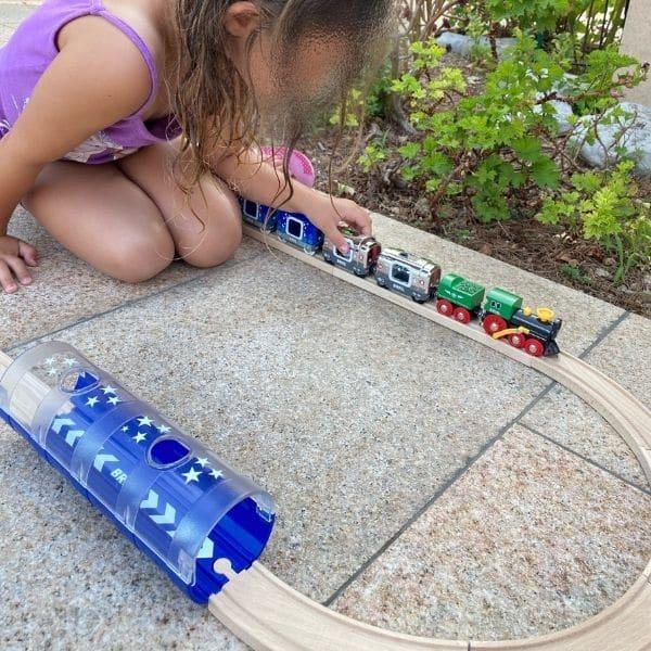 petite fille jouant au train